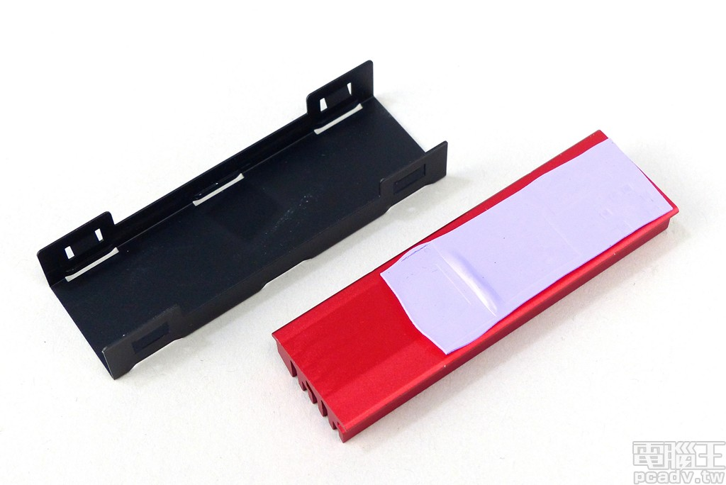▲ Cardea II M.2 PCIe SSD 512GB 僅於 SSD 電路板正面安排零組件,因此只有紅色散熱片接觸區域加裝紫色導熱墊。
