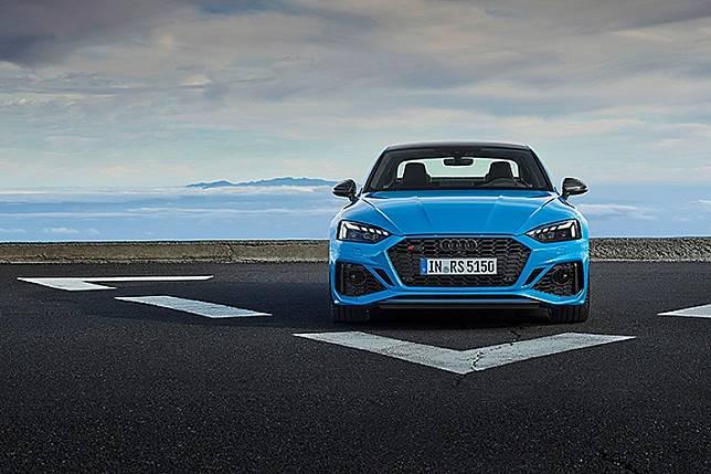 RS 5 Coupe採用了悅目的藍色車身,換上大面積鬼面罩更具煞氣。(互聯網)