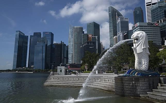 Patung Merlion berdiri di depan gedung-gedung pencakar langit di Singapura, Selasa (24/3/2020)./Bloomberg-Wei Leng Tay