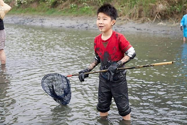 7月下旬有雲遊山水.掏金農遊趣可玩,捕魚蝦時雙腳可在涼快河水中消暑。(互聯網)