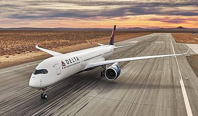 ILUSTRASI pesawat Delta membuang bahan bakarnya saat terbang, dan melukai anak-anak yang bermain di playground.*