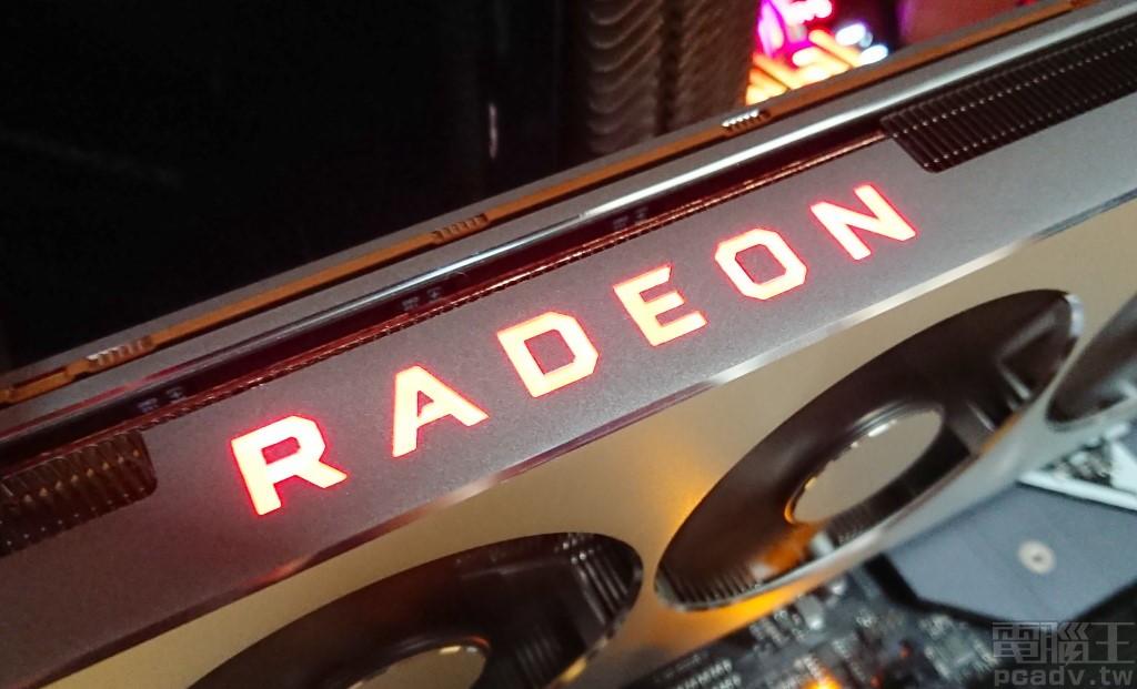 Radeon VII 顯示卡側邊 RADEON 字樣同樣發出紅光,不可更換顏色、不可關閉