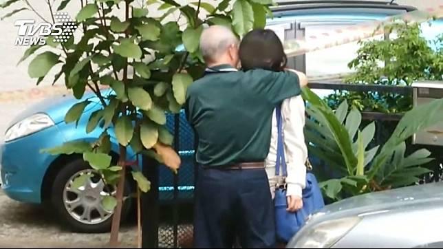 劉女得知父親葬身火警意外後,與外公相擁而泣。圖/TVBS