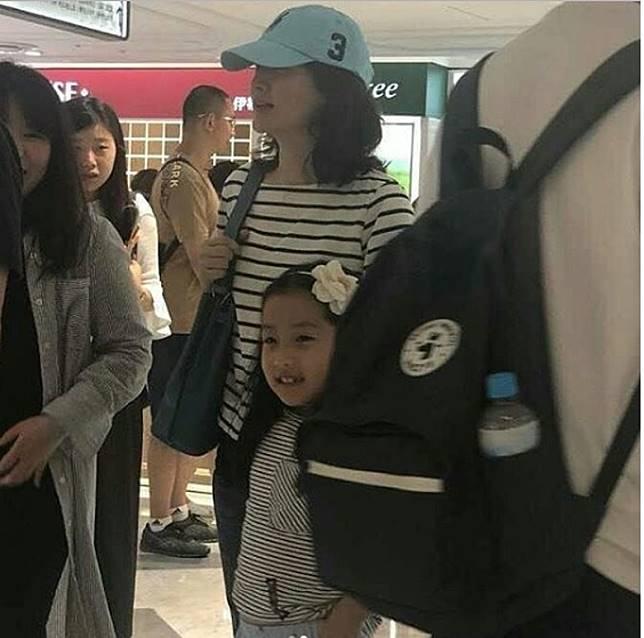 李英愛早前與女兒外出亦被捕獲。