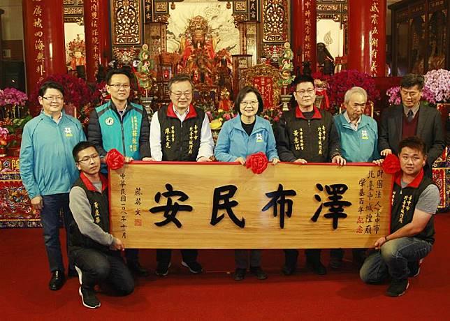 蔡總統北台中城隍廟贈匾,籲年輕人出來投票不要過頭