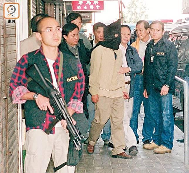 飛虎隊03年平安夜爆破強攻入佐敦一個單位,拘捕睡夢中的季炳雄(蒙頭者)。