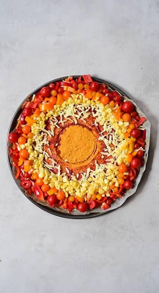 由外到內順序鋪上紅、橙、黃、綠、紫色的蔬菜。 (互聯網)