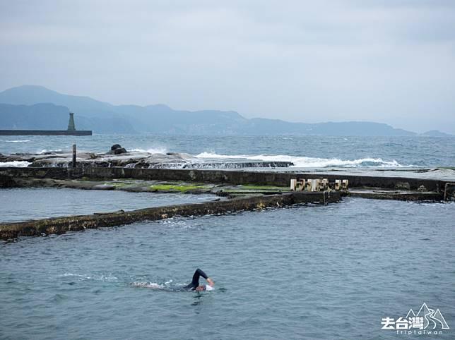 面海的「海水」泳池。