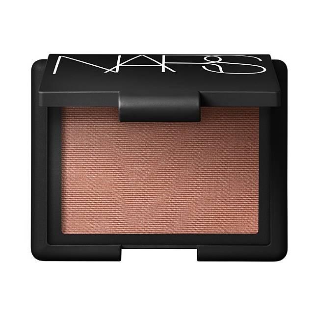 NARS Madly Blush:啞光質地接近面部顏色,能打造自然輪廊,令肌膚更添神采。(互聯網)