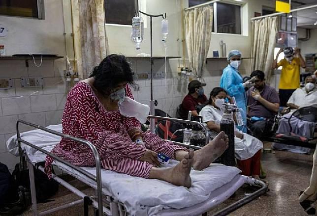 Seorang pasien yang menderita penyakit Covid-19 menerima perawatan di bangsal sebuah rumah sakit di New Delhi, India, 1 Mei 2021. [REUTERS / Danish Siddiqui]