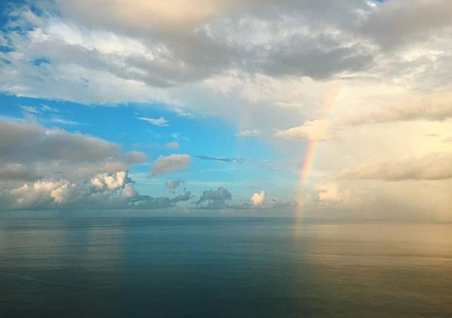 黃翠如影了彩虹照留言:「一年前,送給我們兩個人的一個婚禮。一年後,送給父母的婚禮。有你們,就有愛。