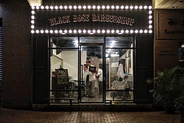 店舖位於尖沙咀漆咸道南的Black Rose Barbershop,雖然開業年資較短(2018年開業),但主理人Don曾經於澳洲從事Barber工作,對於處理傳統油頭髮型技巧純熟,同時店內亦有發售一系列髮油及髮梳單品,一站式為男士提供品味所需。(互聯網)