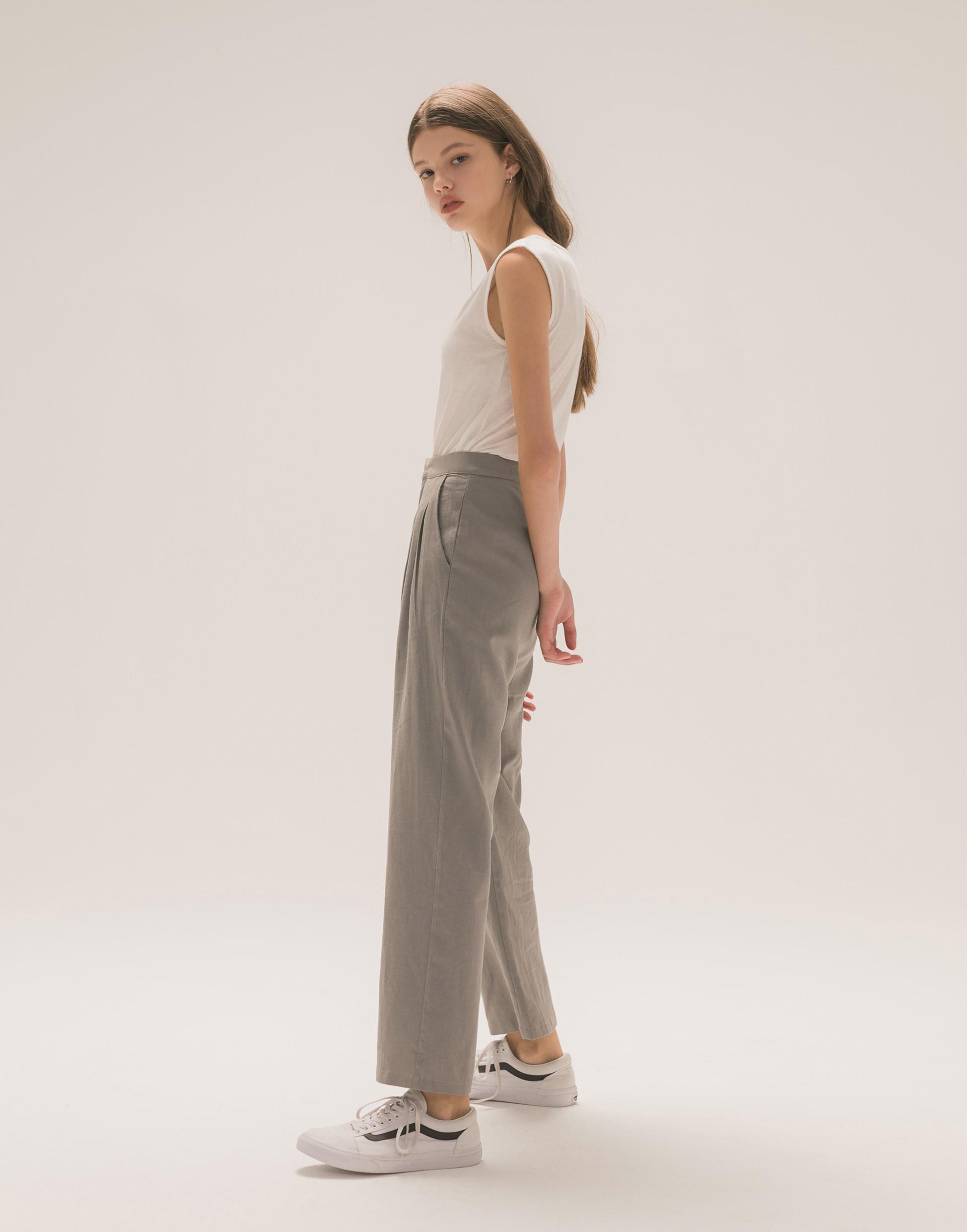 彈性:適中 柔軟舒適、薄感棉麻質料、前壓褶設計、兩側有口袋、時髦修飾老爺褲版型