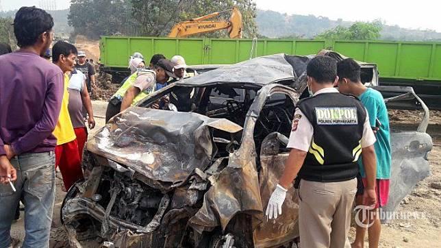Mobil terbakar dari kecelakaan beruntun di tol Cipularang KM 91
