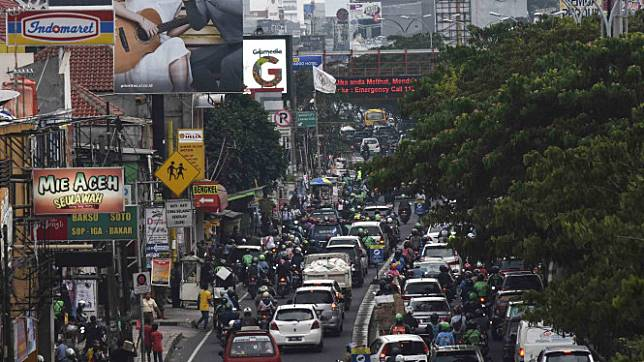 Suasana kemacetan di Jalan Margonda Raya, Kota Depok, Jawa Barat.