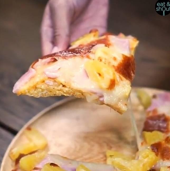 撕開後可以見到一條條的意粉,一次過將薄餅與意粉食落肚。(互聯網)