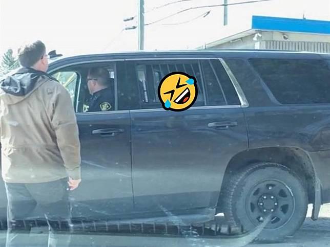 笨汪放風狂奔追鹿 被逮捕哀怨坐警車:阿爸快保我出去!