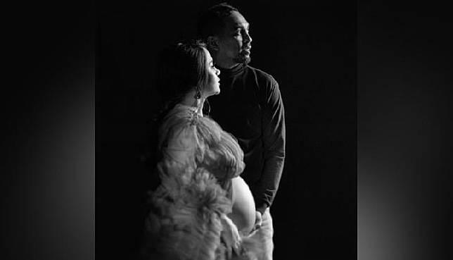 Mutia Ayu dan Glenn Fredly saat melakukan pemotretan maternity. (Instagram/@dr_tompi)