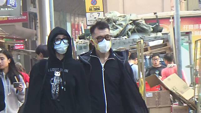 殘樣睇醫生 伍詠薇(左)日前於老公練海棠陪同下到中環睇醫生。