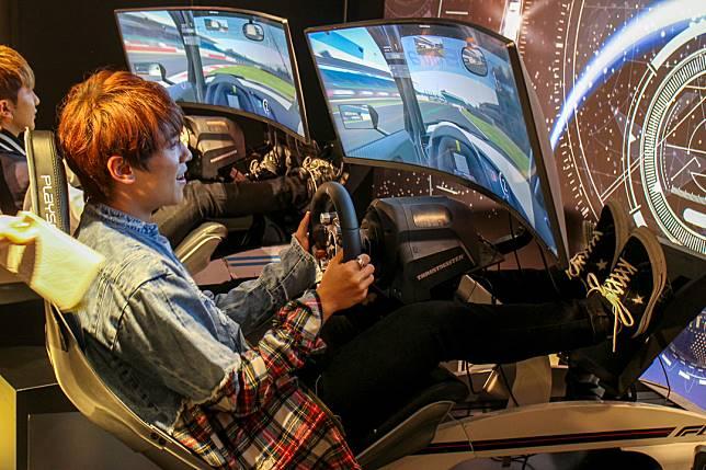 姜濤試玩賽車game。