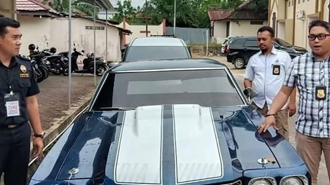 Polres Bengkayang bongkar penyelundupan mobil yang pernah muncul di film Fast and Furious. (Facebook/Divisi Humas Polri).