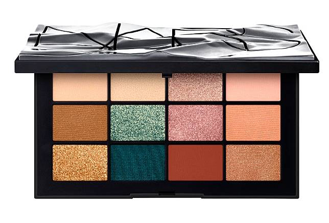 Nars Cool Crush眼影組合囊括了12種啞緻、閃亮、金屬光澤質感色調,適合打造多變妝容。(互聯網)