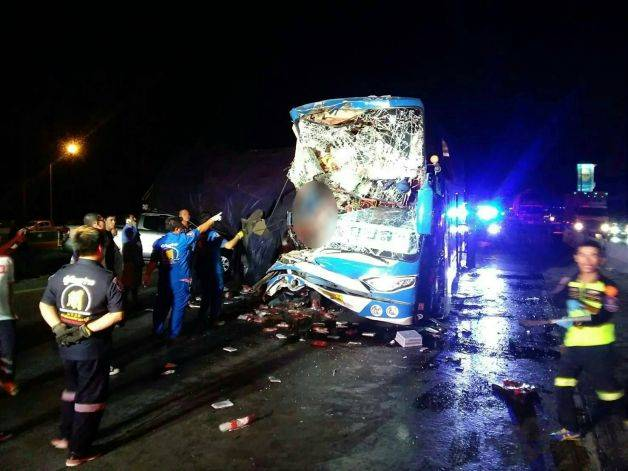 สยองสระบุรี รถทัวร์อุบลชนท้าย10ล้อ คนขับร่างเละ-หัวขาด ผู้โดยสารเจ็บระนาว 34 ราย [คลิป] | News by The Thaiger
