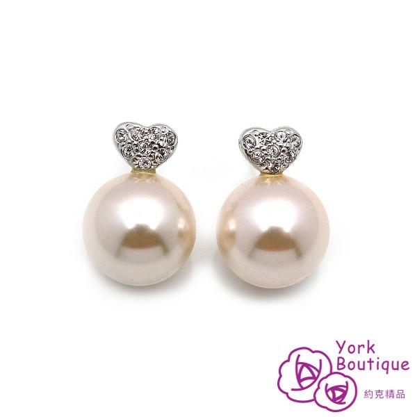 耳環×1、保證書×1◎ 尺 寸:長約2.0cm、琉璃珍珠約13.5mm(針式)◎ 規 格:貴金屬合金包銠白金6micron inch以上/施華洛世奇元素晶鑽/ 琉璃珍珠13.5mm/鈦金屬耳針◎ 產品