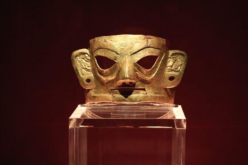 出土的金面具,與三星堆遺址的青銅面具造型風格有異曲同工之妙。(圖片來源:欣傳媒)