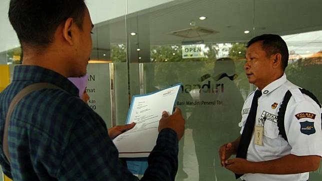 Nasabah mendatangi Bank Mandiri Cabang Tegal saat aksi protes, Tegal, Jawa Tengah, Sabtu 20 Juli 2019. Menurut ratusan nasabah, sejak pagi tidak bisa mengambil uang di ATM, saldo tabungan mereka kosong dan pihak bank Mandiri Tegal menjanjikan dalam tiga hari atau hari Senin (22/7/2019) saldo mereka akan kembali seperti semula karena diduga ada kerusakan sistem. ANTARA FOTO/Oky Lukmansyah