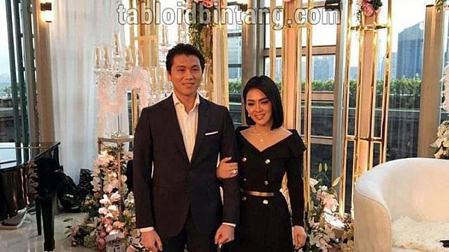 Syahrini menggandeng lengan suaminya, Reino Barack dalam konferensi di Jakarta, Ahad, 10 Maret 2019.  Di hadapan awak media, pengantin baru itu menceritakan tentang pernikahan mereka, yang selama ini tidak dipublikasikan. Tabloidbintang.com/Altov