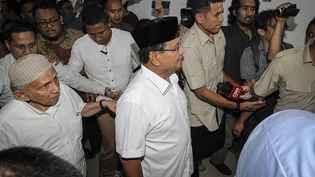 Calon Presiden nomor urut 02 Prabowo Subianto tiba untuk menjenguk Eggi Sudjana dan Lieus Sungkharisma di Polda Metro Jaya, Jakarta, Senin (20/5). [ANTARA FOTO/Dhemas Reviyanto]