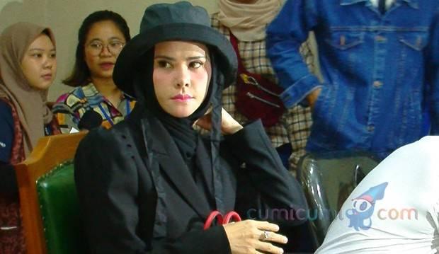Angel Lelga Bergaya Gothic Tenteng Hermes, Vicky Prasetyo Malah Mangkir Sidang Cerai