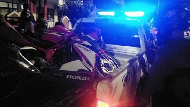 Motor Honda CBR250RR yang mengalami kecelakaan tunggal di Jalan Kaligarang, Semarang pada Jumat (20/9/2019) malam diangkut petugas.