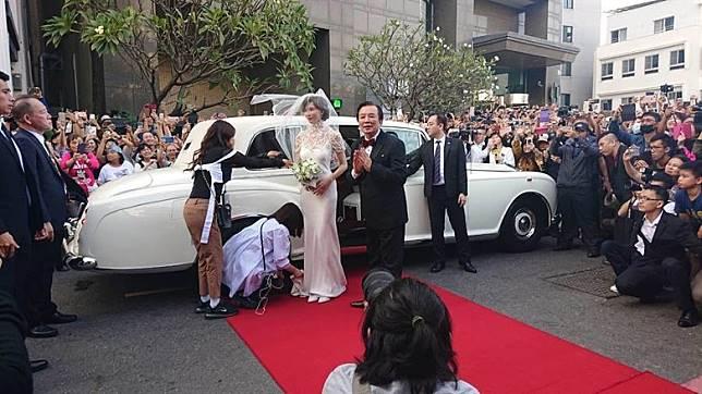 志玲與AKIRA舉行婚禮,吸引大批人到場圍觀,場面墟冚。