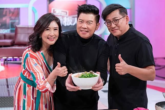 ▲詹姆士(右起)煮麵給方念華和曾國城吃。(圖/TVBS提供)