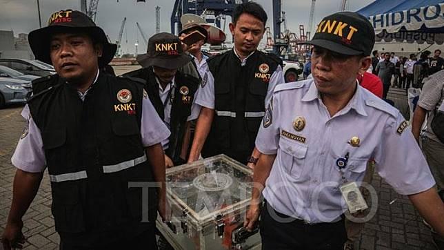 Petugas KNKT membawa bagian kotak hitam (black box) berisi CVR pesawat Lion Air bernomor registrasi PK-LQP dengan nomor penerbangan JT 610 saat konferensi pers di Pelabuhan JICT Tanjung Priok, Jakarta, 14 Januari 2019. CVR ini ditemukan tim penyelamat pada Senin (14/1) pagi pukul 09.10 WIB. TEMPO/M Taufan Rengganis