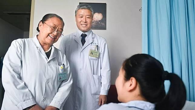 一名23歲媽媽9年前被診斷出是「石女」,經過醫師的協助下,女子在9年後順利懷孕生子。(圖/翻攝自楚天都市報)