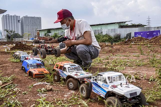 Peserta mengikuti turnamen mobil offroad remote control (RC) bertajuk Fasting and Furious di Podomoro Park, Jalan Raya Bojongsoang, Kabupaten Bandung, Ahad (2/5).