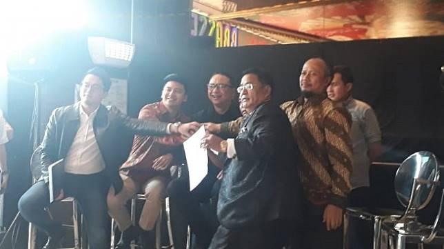 Momen perdamaian Garuda Indonesia dan Rius Vernandes ditengahi Hotman Paris Hutapea. (Suara.com/Achmad Fauzi)