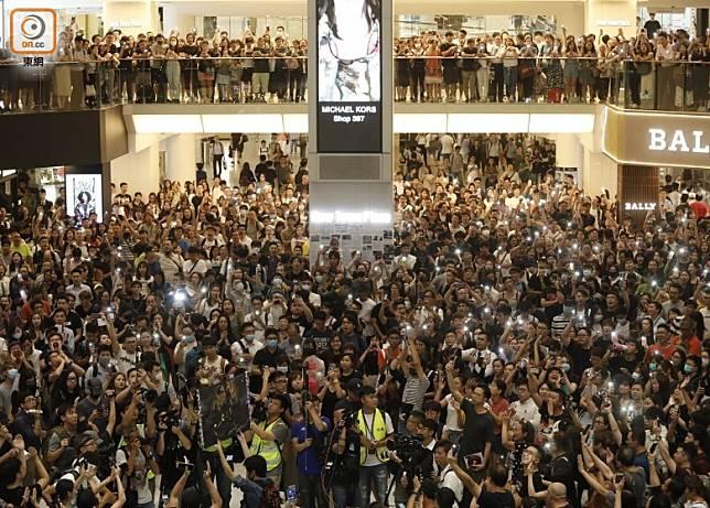 「和你唱」的商場示威中,多會播放《願榮光歸香港》。
