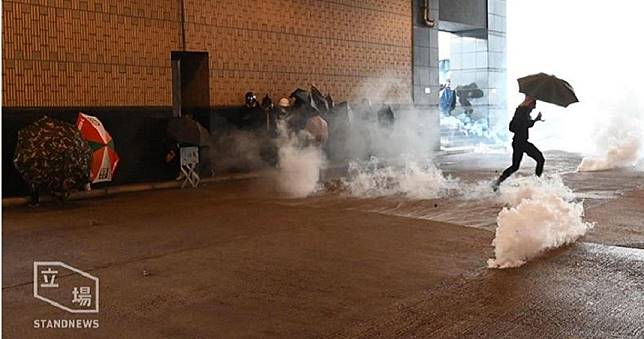 CNN:香港理大校門疑現「土製炸彈」 港警宣告將實彈還擊