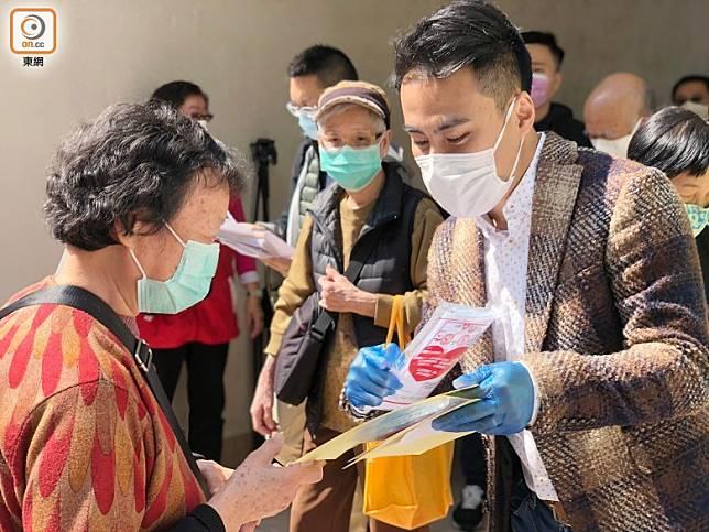 郭偉強(右一)認為疫症當前各界應放下成見。(香企容攝)