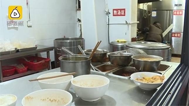 大陸湖南一家米粉店,熬湯時加入有鴉片成分的「複方甘草片」。圖/翻攝自梨視頻