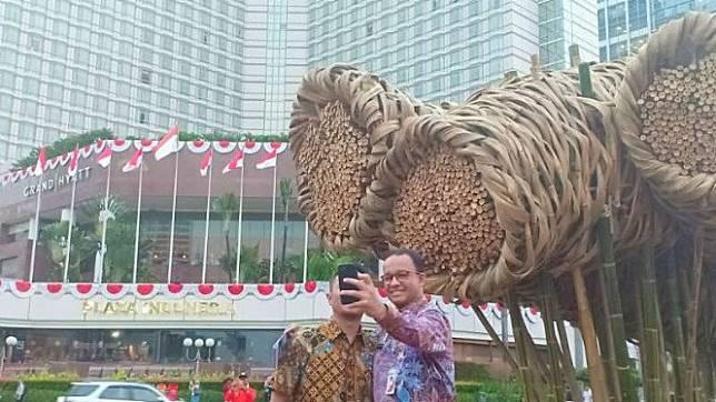 Gubernur DKI Jakarta Anies Baswedan selfie di depan instalasi bambu Getah Getih. Instalasi itu kini dibongkar karena rapuh.