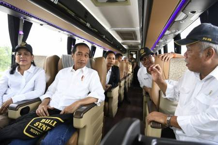 """President Joko """"Jokowi"""" Widodo (second left), accompanied by his wife, talks to Public Works and Housing Minister Basuki Hadimuljono (right) as they travel on a bus along the toll road from Surabaya to Kendal in Central Java on Dec. 20 after launching the operation of the trans-Java road."""