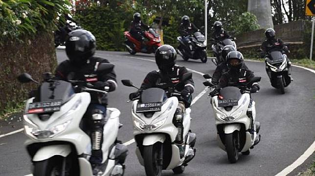 Peserta turing Honda PCX dengan tema PCX Luxurious Trip 2019 melintas di  Jalan Raya Kayu Putih- Munduk, dari Denpasar menuju Menjangan, Bali, Sabtu, 14 November 2019. (AHM)
