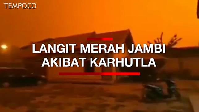 Berubahnya langit menjadi merah disebabkan kabut asap dari karhutla yang semakin pekat di kawasan Muaro Jambi, Jambi.