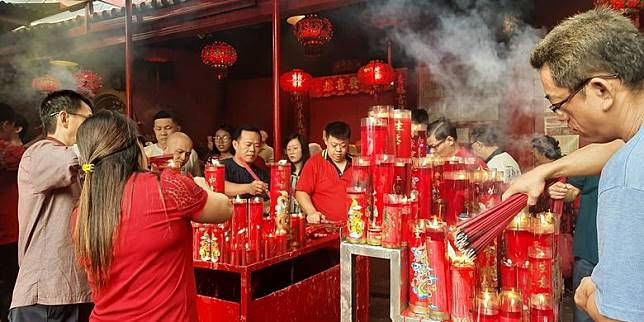 Ketika Masyarakat Tionghoa di Wihara Dharma Bakti Berdoa Lebih Lama pada Tahun Tikus Logam