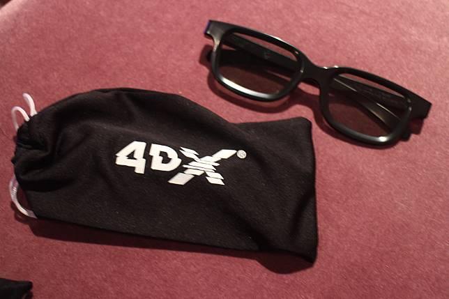 戲院會借出4DX眼鏡,不用額外購買。